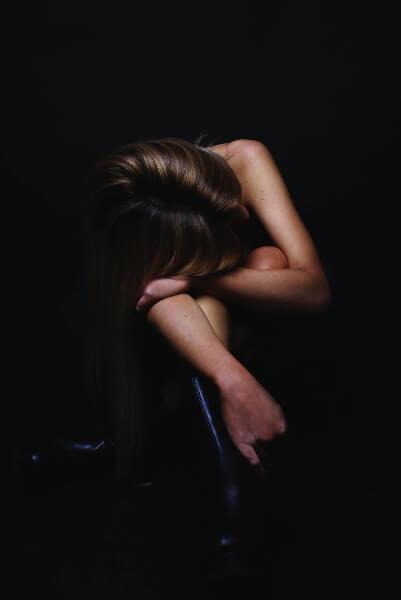 Imagen mujer triste y angustiada